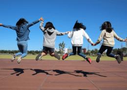 Springende kinderen met schaduw