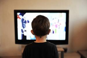 Kind kijkt naar tv-scherm